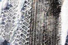 Spur des Autos im Schnee mit Asphalt Lizenzfreie Stockfotografie