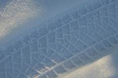 Spur des Selbstreifens auf Schnee im Winter Lizenzfreies Stockbild