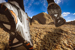 Spur, die auf eine Wüsten-Landschaft läuft Lizenzfreie Stockfotos