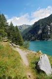 Spur durch den alpinen See Lizenzfreies Stockfoto