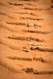 Spur eines Reifens im Sand Lizenzfreies Stockbild