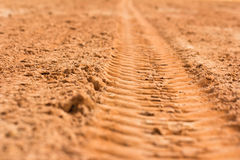 Spur eines Reifens im Sand Stockbild
