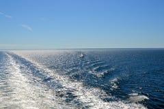 Spur und ein Segelboot Stockbilder