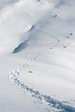 Spur von Abdrücken im weißen Schnee Stockfotos
