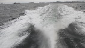 Spur von einem Boot auf dem Wasser stock footage