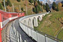 Spur von roten Wagen auf Bahn lizenzfreies stockfoto