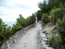 Spur zum Berg über dem Meer stockbilder