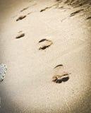 Spuren auf dem Strand eines Mannes und der Frau. Lizenzfreies Stockbild