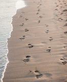 Spuren auf dem Strand eines Mannes und der Frau. Lizenzfreie Stockfotografie