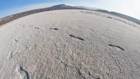 Spuren auf der Unterseite von einem getrockneten See mit einer konvexen Horizontlinie fisheye stock video footage