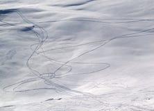 Spuren auf off-piste Steigung stockbild