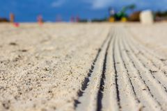 Spuren der Arbeit über den Sand lizenzfreie stockfotos