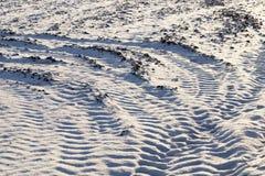 Spuren der Autoräder auf Schnee Stockbilder