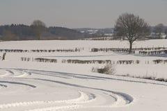 Spuren in der schneebedeckten Landschaft Lizenzfreies Stockfoto