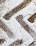 Spuren des Autos auf dem Schnee Lizenzfreie Stockfotos