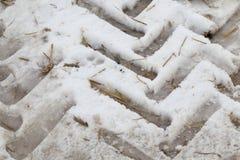Spuren des Autos auf dem Schnee Stockbilder