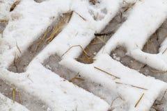 Spuren des Autos auf dem Schnee Stockfoto