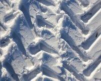 Spuren des Autos auf dem Schnee Stockfotos