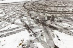 Spuren des Autos auf Schnee Stockbilder