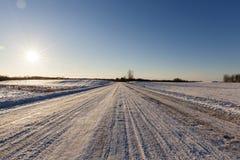 Spuren des Autos auf Schnee Lizenzfreies Stockfoto