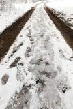 Spuren des Autos auf Schnee Stockfotos