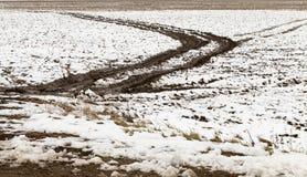 Spuren des Autos auf Schnee Lizenzfreie Stockbilder