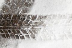 Spuren des Autos auf Schnee Lizenzfreie Stockfotografie
