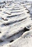 Spuren des Autos auf Schnee Lizenzfreie Stockfotos
