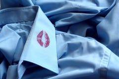 Spuren des Lippenstifts am Kragen eines Mann ` s Hemdes stockbild
