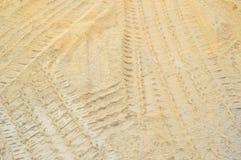 Spuren des Rades der Autos und der LKWs auf Sand, Hintergrund Lizenzfreie Stockfotos