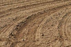 Spuren im bloßen Boden auf einem Gebiet Stockfoto