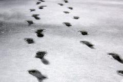 Spuren im Nassschnee von zwei Leuten Bewegung diagonal Winter und Frostwetter auf einer schneebedeckten Straße stockfoto
