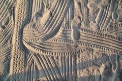 Spuren im Sand Teil Drucke und Bahnen des Reifens, Fu?, F??e, Sonnenseepantoffel im Strandsand stockbild