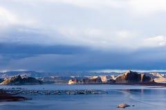 Spuren von Booten auf der Wasseroberfläche des Sees Pawell lizenzfreies stockbild