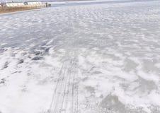 Spuren von Läufern auf dem Eis auf dem Eis des Oka-Flusses Stockfotografie