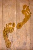 Spuren von nassen Füßen auf einem Bretterboden Stockfotos