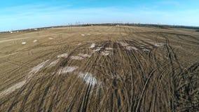 Spuren von Rädern von der landwirtschaftlichen Maschinerie Arbeiten auf dem Gebiet 21 stock video footage