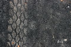 Spuren von Reifen auf der Asphaltstraße stockfoto