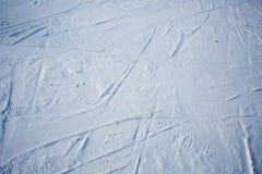 Spuren von Skis und von Schuh auf dem Schnee Stockbilder