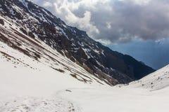 Spuren von Touristen auf dem Schnee in den Bergen Stockbild