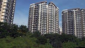 Spurhaltung Schuss von Wohngebäuden in Singapur - moderne Wohnung stock footage