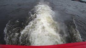 Spurnendstücke eines touristischen Bootes auf Wasseroberfläche im Neva-Fluss, St Petersburg, Russland stock video