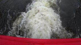 Spurnendstücke eines touristischen Bootes auf Wasseroberfläche im Neva-Fluss, St Petersburg, Russland stock footage