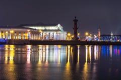 Sputi Strelka dell'isola di Vasilyevsky alla notte durante le feste di Natale e del nuovo anno, San Pietroburgo, Russia fotografia stock libera da diritti