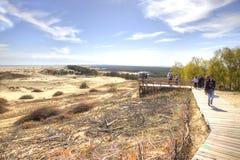 Sputo di Curonian, Efa della duna Turisti sulla piattaforma di osservazione Fotografie Stock