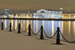 Sputo di Vasilyevsky Island Albero di Natale Area di scambio Colonne rostrali ` S St Petersburg del nuovo anno immagine stock