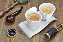 Spyglass, Powiększa - szkło, kompas, dymienie drymba i Dwa kawa, Obraz Stock