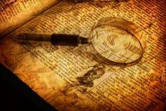 Spyglass und altes Buch stockfotos