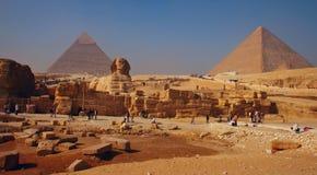 Spynx在吉萨棉金字塔背景,开罗面对 免版税图库摄影