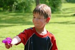 sqirting vatten för pojke Royaltyfri Fotografi